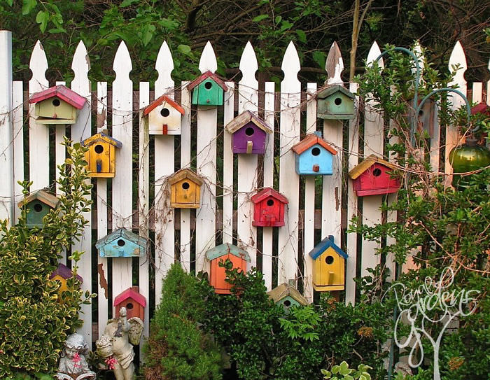 Creative inspiration to give your yard a personal touch with DIY Backyard Fence Decor. You'll love spending time outside in your garden.