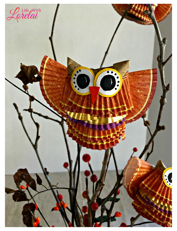Make your own Hoot Owl Craft centerpiece and celebrate Fall. This fun and easy DIY project uses cupcake liners and cardboard tubes, Perfect for Autumn. AD